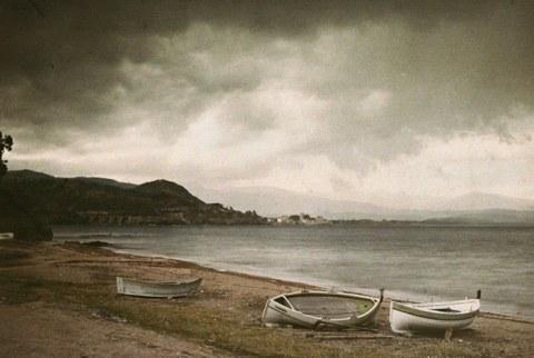 autochrome-maynard-owen-william-bateaux-sur-la-plage-par-temps-d-orage-rowboatson-beach-southern-france